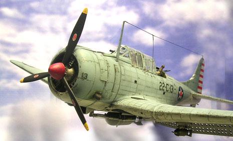 Mächtiger Sternmotor und krftige Flügelwurzeln zeichnen den Sturzflugbomber aus.