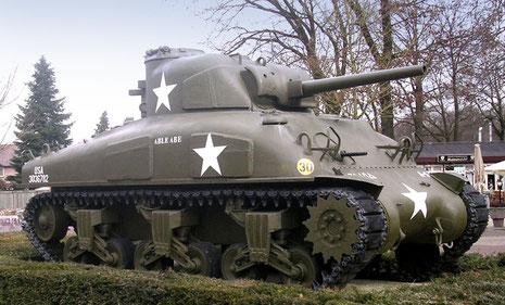 Vor dem Eingang des Parks wartet ein Sherman M4, späte Ausfürhugn mit gegossener Wanne und Zusatzpanzerplatten.
