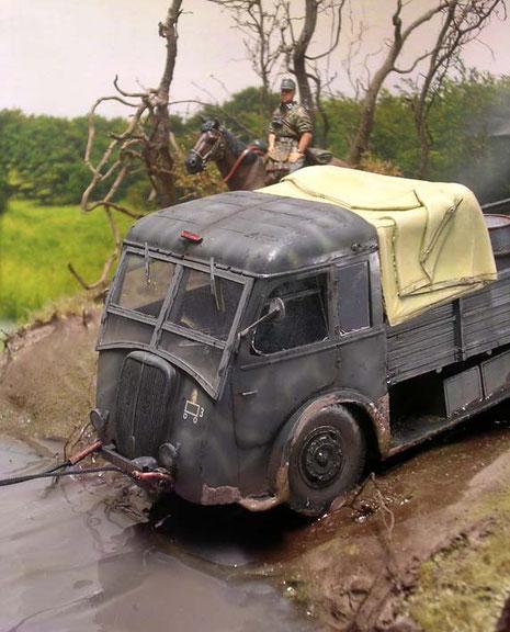 Natürlich haben die französischen Beute-LKW nicht die entsprechende Bodenfreiheit für ein so schweres Gelände.