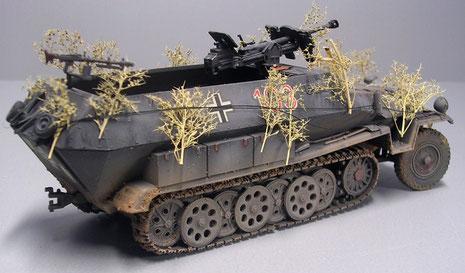 Das Fahrgestell der Panzerbüchse fand solange Platz über den Hecktüren des Schützenpanzers.