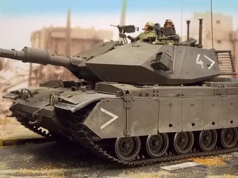 Die M60 erhielten eine neue, Zusatzpanzerung rund um den Turm, mit glatten, geschossabweisenden Prallflächen. Die Ähnlichkeit zur Zusatzpanzerung z.B. des Leopard A5 ist frappierend.