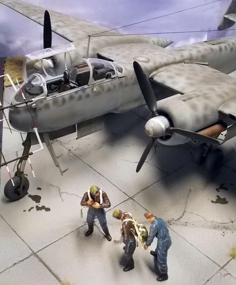 Die zwei Piloten machen sich für ihren Einsatz mit Hilfe ihres Mechanikers bereit.