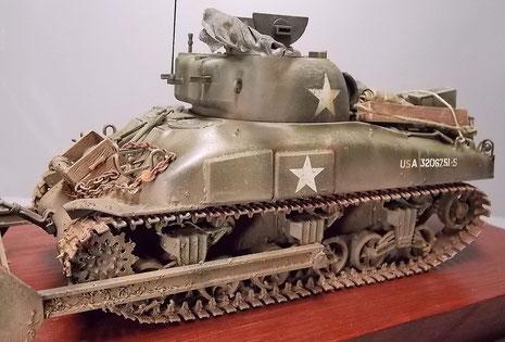 """Der Sherman verfügt über die seitliche Zusatzpanzerung für die Munitionsaufnahmen (""""Wet Sherman"""")"""