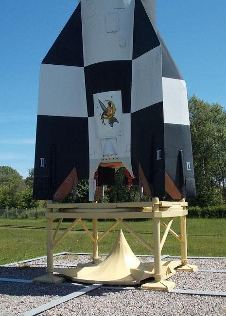 Authentische Markierungen an der für Tests in schwarz-weiß gekennzeichneten Rakete-beachte dazu das Diorama V2 hier auf panzer-bau.de