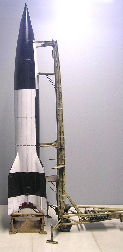 Der Startturm mit V2 auf dem Abschussgestell erreicht eine Modellhöhe von 45cm!