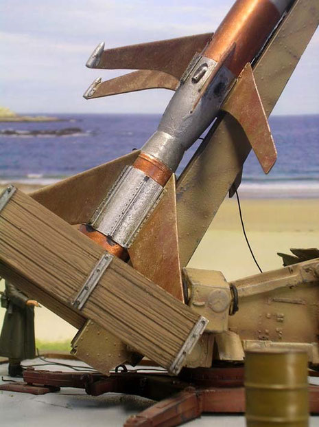 Der Rumpf wurde mit verschiedenen Metalltönen gestaltet, um die einzelnen Raketenstufen sichtbar zu machen, dazwischen die Kupferverbindungsteile. Beachte die Stabilsierungsdüsen an der Rumpfmitte.