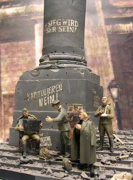 Der Reichstag war nach den heftigen Gefechten völlig zerschossen und mit Trümmern übersät.