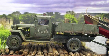 Der schöne, kleine ZIS-5 rumpelt über die Holzbohlen.