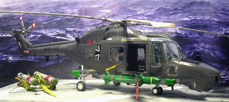 Geöffnete Einstiegsluken und ein detalliertes Cockpit zeichnen das Modell aus.