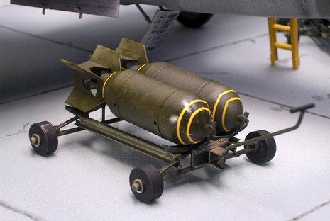 Bombenwagen mit zwei 500kg Bomben.