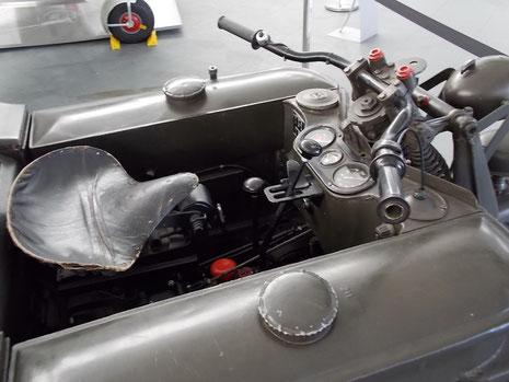 Cockpit des Kettenkrades mit Instrumente und Kettengassteuerung.