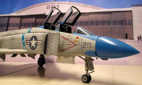 Die F-4 E zeichnet sich noch durch den eher runden, kurzen Bugkonus aus. Die Gummireifen sind abgeflacht, um das Gewicht der Maschine zu simulieren.