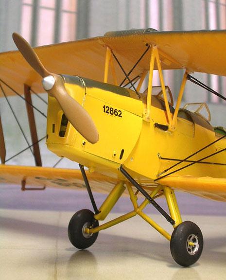 Der Holzpropeller und dahinter der 130 PS starke Motor. Die Konstruktion war sehr stabil und verzieh auch heftige Landungen unerfahrener Flugschüler.