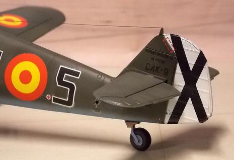 Geänderte Leitwerkform, um die Drehkräfte des andersrum drehenden Propellers entgegen zu wirken.