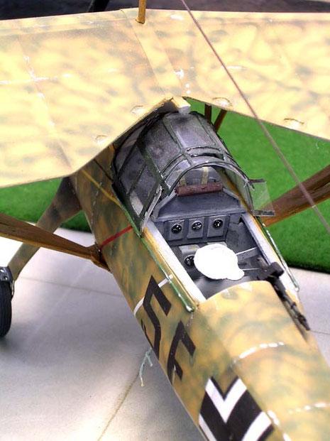 Das fein detaillierte Cockpit, beachte die filigrane Einstiegsleiter am Unterrumpf.