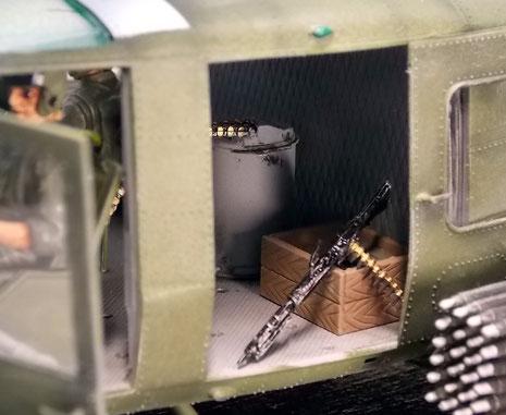 An Bord zusätzliche Kisten mit zweitem MG, Munition und Granaten.
