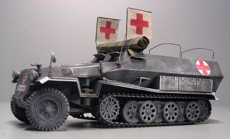 Meine zweite Variante des Sdkfz 251/8, hier mit auffälligen Rot-Kreuz-Fahnen.