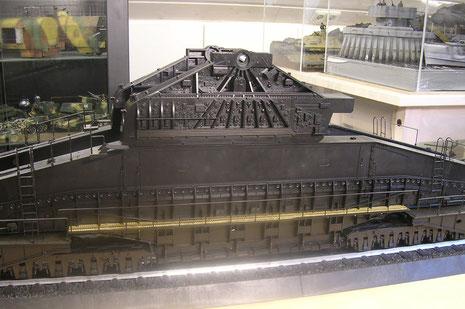 Aufbau des Trägergestells - ein Berg von Plastik. Die im Bausatz massiven Seitenplatformen wurden durch einen Eigenbau aus Sheet und Metallnetz ausgetauscht