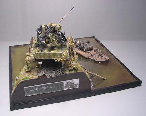Die abgeschnittene Uferböschung ziert nun ein Dioramaschild mit Angaben zu den Modellen und einem Originalbild.