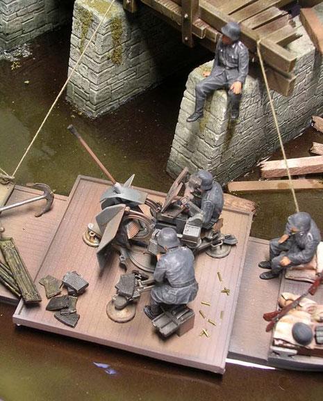 Ersatzrohre, Munition und leere Hülsen zeugen schon vom Einsatz.