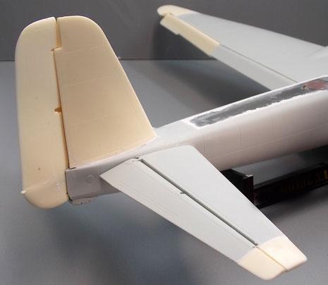 Das rechteckige Leitwerk und die verlängerten Höhenruder. Beachte das große, neue Rumpfteil aus Klarsicht-Vaku.