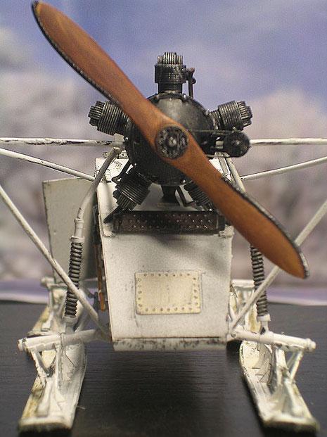 5-Zylinder-Flugmotor, darunter der kleine Schalldämpfer.
