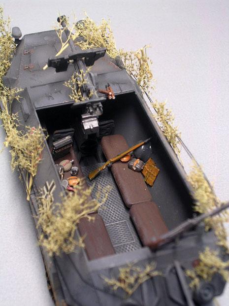 Blick in den nach oben offenen Kampfraum. Die Panzerbüchse ersetzte das vordere MG 42.