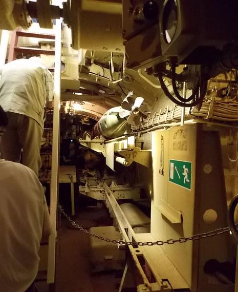 Blick in vorderen Torpedoraum mit Übungstorpedo.