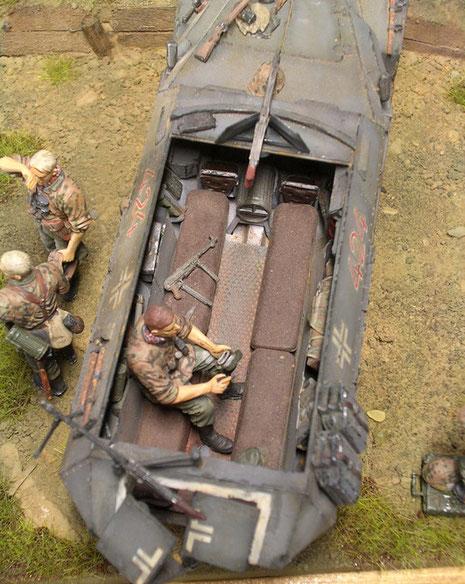 Blick in den nach oben Kampfraum mit den Sitzbänken für bis zu 8 Panzergrenadiere.