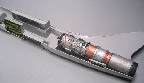 Die Einbauteile nebst Triebwerk werden in einer Rumpfhälfte eingebaut und passen perfekt und fest an Ort und Stelle.