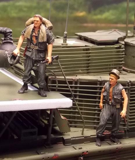 Die unterschiedliche Ausrüstungen und Gepäckstücke sind ein typisches Zeichen der Vietnam-Soldaten.