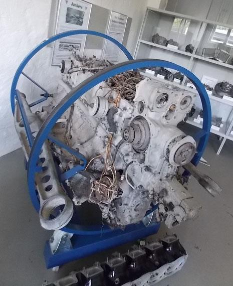 Heinkel-111-Motor mit links Motorträger.