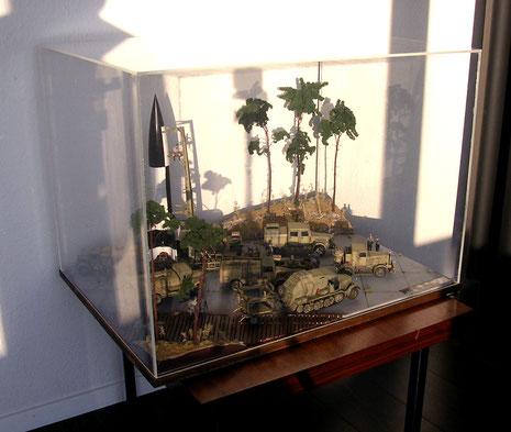 Eine passende Acrylglashaube schützt das Diorama für lange Zeit.