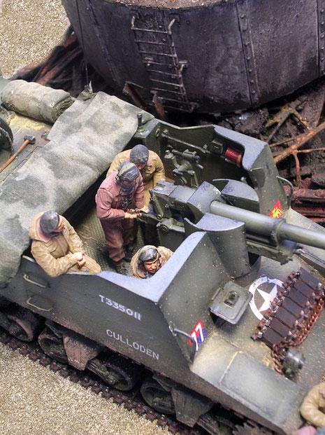 Die Panzerbesatzung passt perfekt in das nach oben offene Fahrzeug-auf Sitze und am Geschütz.
