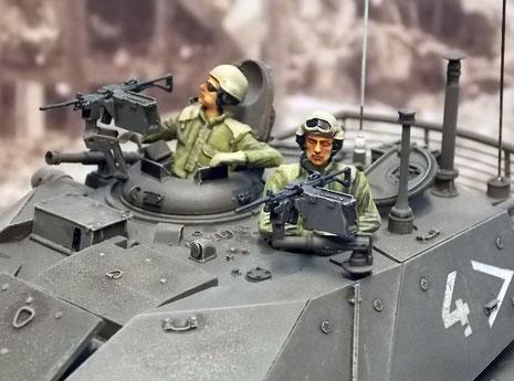 Zwei 7,62mm Maschinengewehre für Kommandant und Richtschütze dienen zur Nahverteidigung. Beachte die alte Turmseriennummer zwischen den Luken.