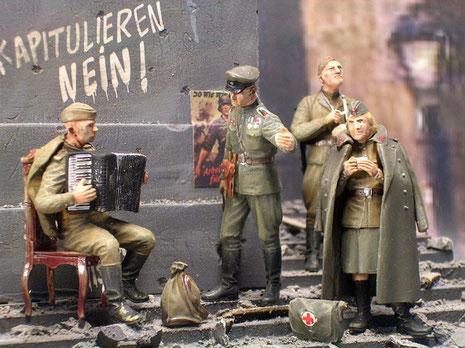 Der Sowjetoffizier fordert seinen Kameraden zum Spielen auf...