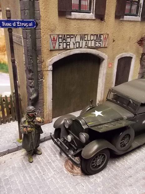 Der alte Packard wartet mit offener Motorhaube.