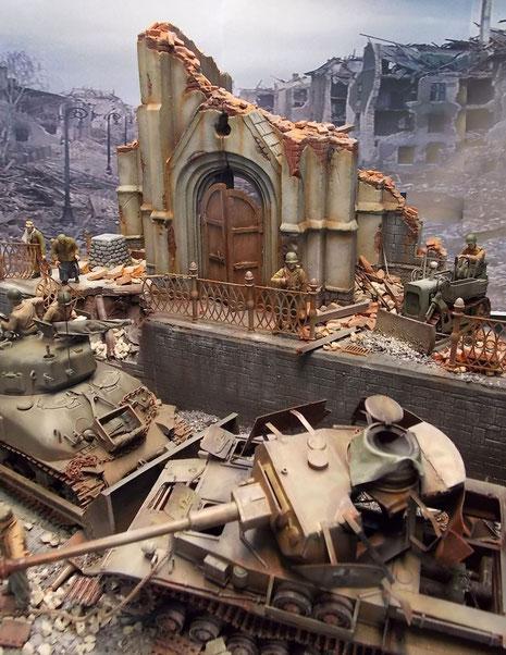 Hier sind der große Sherman-Dozer und sein kleines Pendant, der Airborne Dozer, bemüht, wenigstens die Wege der völlig zerstörten Stadt zu räumen.