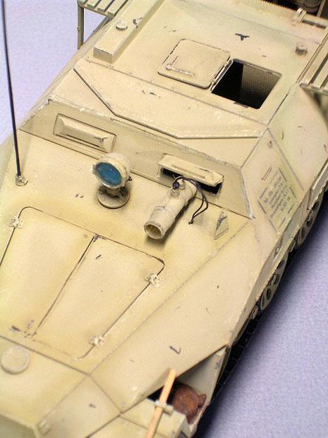 Für den Fahrer gab es ebenso ein Nachtsichtgerät, dahinter war der gepanzerte Aufbau weiter geschlossen, um etwas Panzerschutz zu gewähren.
