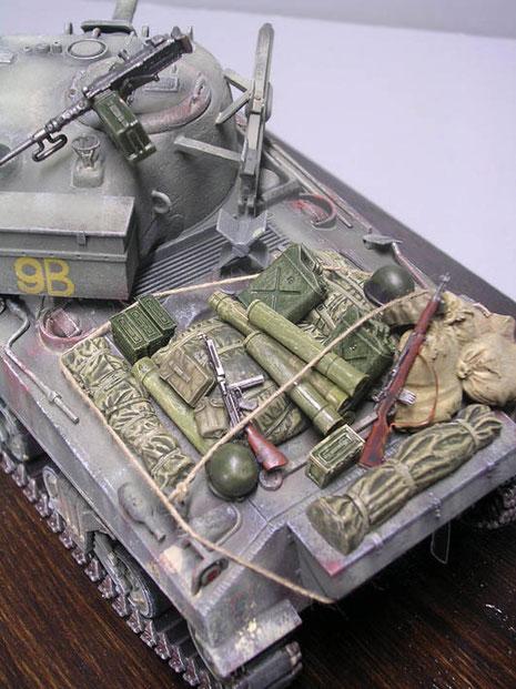 Gepäck, Munitionsbehälter, Helme und Infanteriewaffen auf dem Motordeck abgelegt.