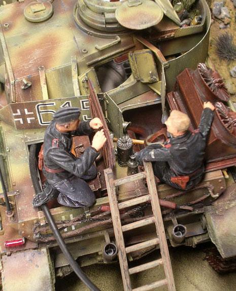 Durch die vielen geöffneten Luken kann man gut in das Innenleben des Panzers schauen.