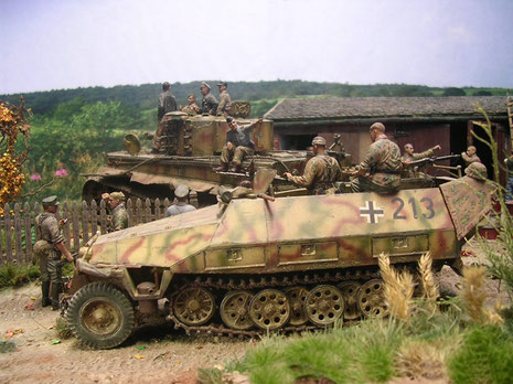 Das Begleitfahrzeug des Greandierregiments-typischerweise für die in der Normandie eingesetzte Kräfte in dem Drei-Ton-Tarnanstrich.