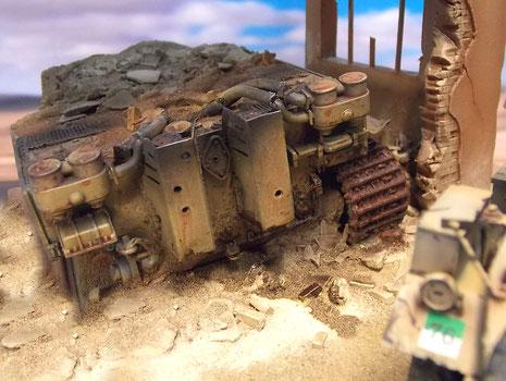 Das Wrack des frühen Tigers mit der Feifel-Abgasanlage und den eckigen Blechen um die Auspufftöpfe-beachte die Einschusslöcher.
