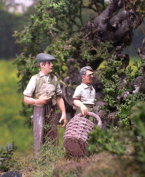 Vater und Sohn haben unerwartete Gäste in ihrem Obsthain.