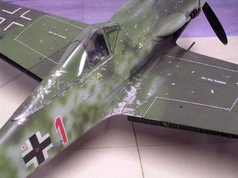 Abnutztungsspuren rund um den Einstiegsbereich und die Abgasspuren zeichnen ein echtes Einsatzflugzeug aus.