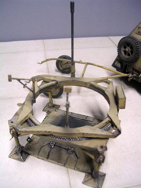 Die Bodenplatte selber war über 4 manuell in der Höhe verstellbare Stützen ausgerichtet und konnte samit Rakete über einen großen Zahnradring in sich gedreht werden.