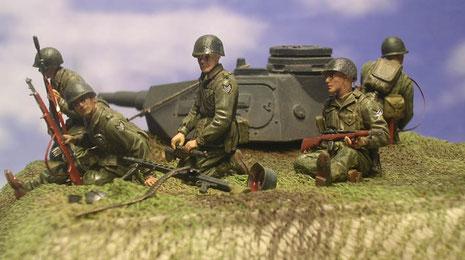 Eine Gruppe hat schon das Bunkerdach errreicht und sichert die nachfolgenden Kameraden.