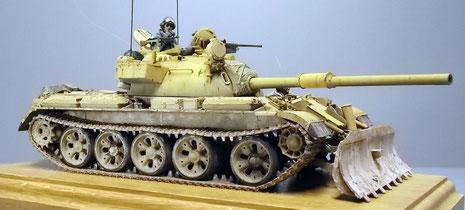 Durch die neue britische L105mm-Kanone, die Turmanbauten und das Dozer-Schild hat sich die Optik des ehemaligen T-55 stark verändert.