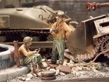 Neugierig werden die Trümmerteile des deutschen Panzers studiert.