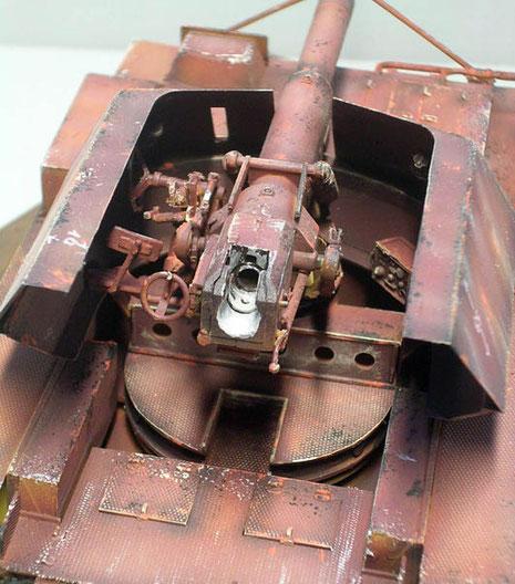 Die schwere Pak saß auf einem massiven Drehteller und liess wenig Raum für die Bedienung. Hinter dem Geschütz verbarg sich unter den Klappen eine Erstaustattung an 88mm-Granaten.